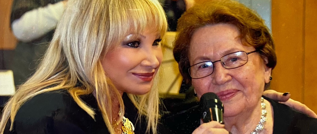 Марта Литас, основатель Центра, и посетительница Александра Котина. Фото: Forever Young
