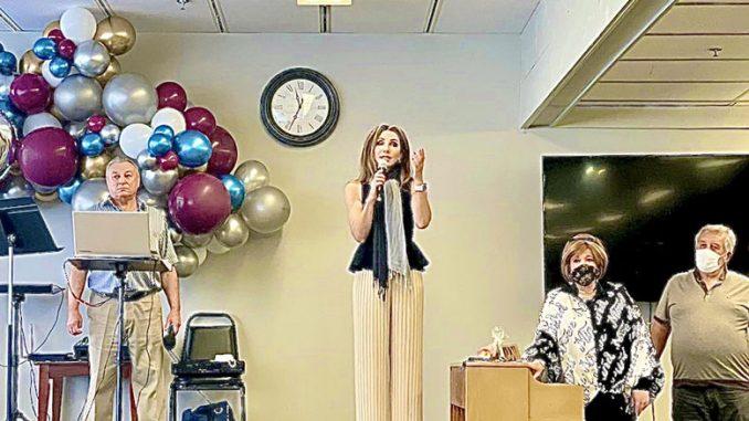 Лена Литас, генеральный директор, поздравляет всех с 16-и летием со дня основания Центра Forever Young. Фото: А. Займон