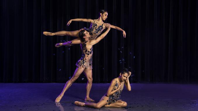 """Сцена из балета """"Under the Trees' Voices"""". Фото - Тодд Розенберг"""